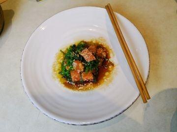 Ensalada de salmón y alga wakame