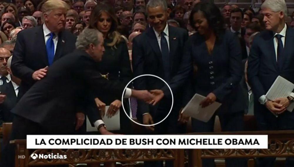La historia detrás del caramelo que Bush da a Michelle Obama en el funeral de su padre