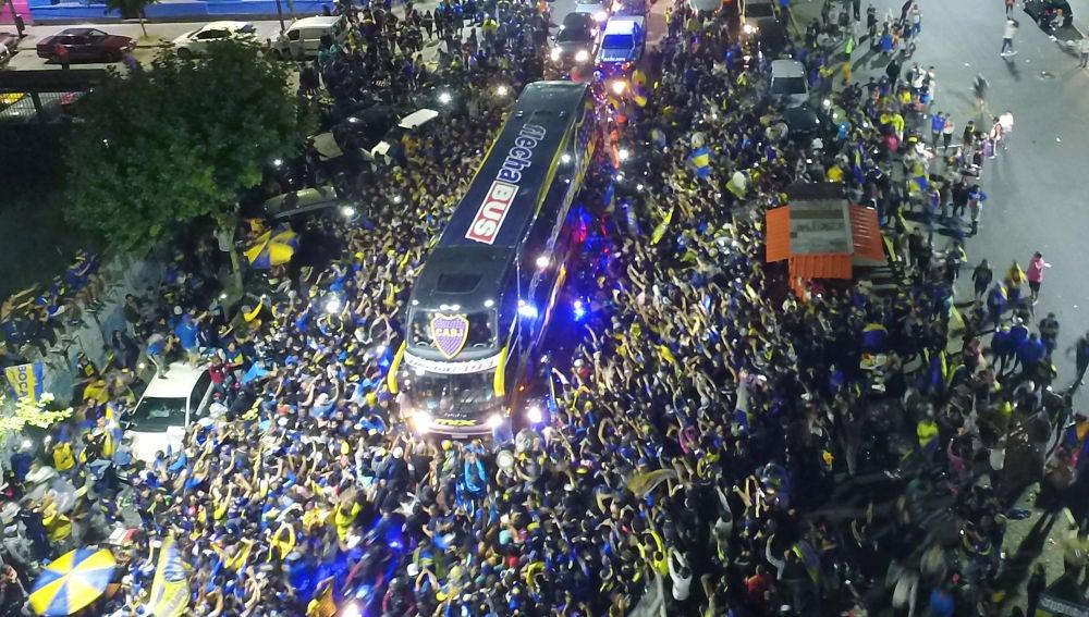 El autobús de Boca Juniors camino al aeropuerto para viajar a Madrid