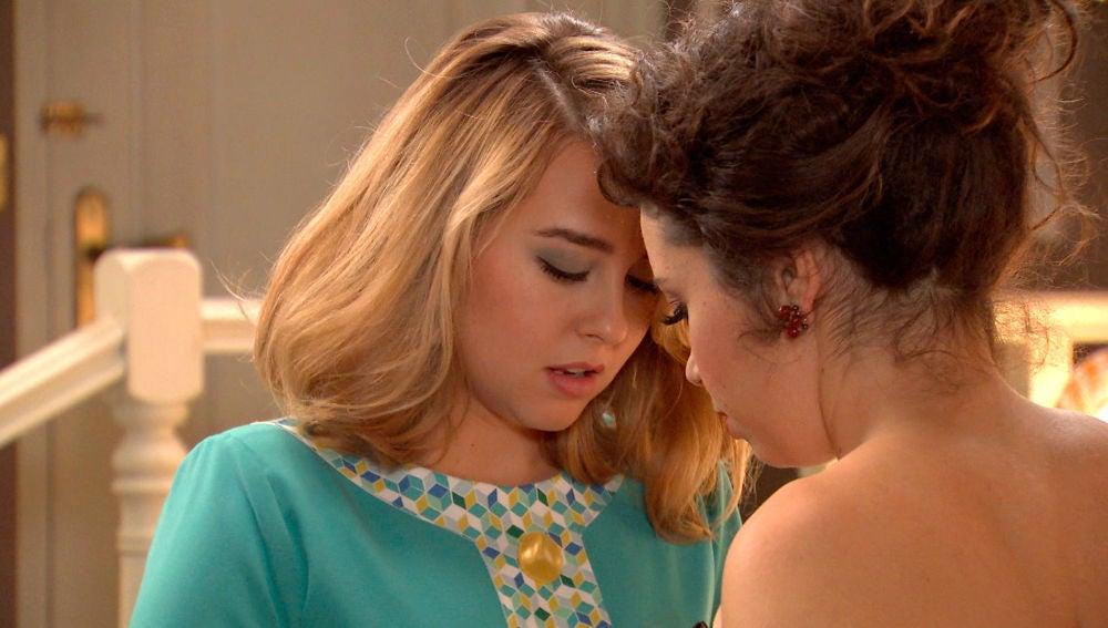 Luisita y Amelia, a punto de besarse