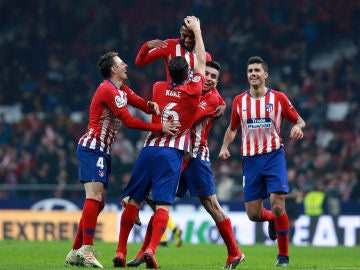 Los jugadores del Atlético felicitan a Lemar tras su gol