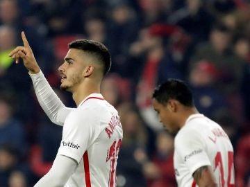 André Silva celebra uno de sus goles con el Sevilla