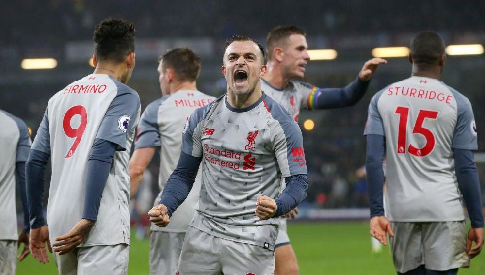 Shaqiri mira a los aficionados del Liverpool para celebrar su gol