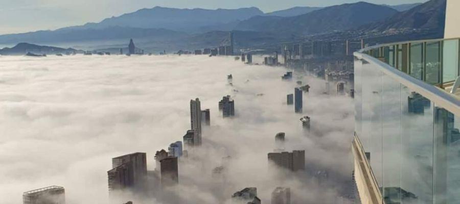 Un 'tsunami de niebla' deja una impresionante estampa en Benidorm