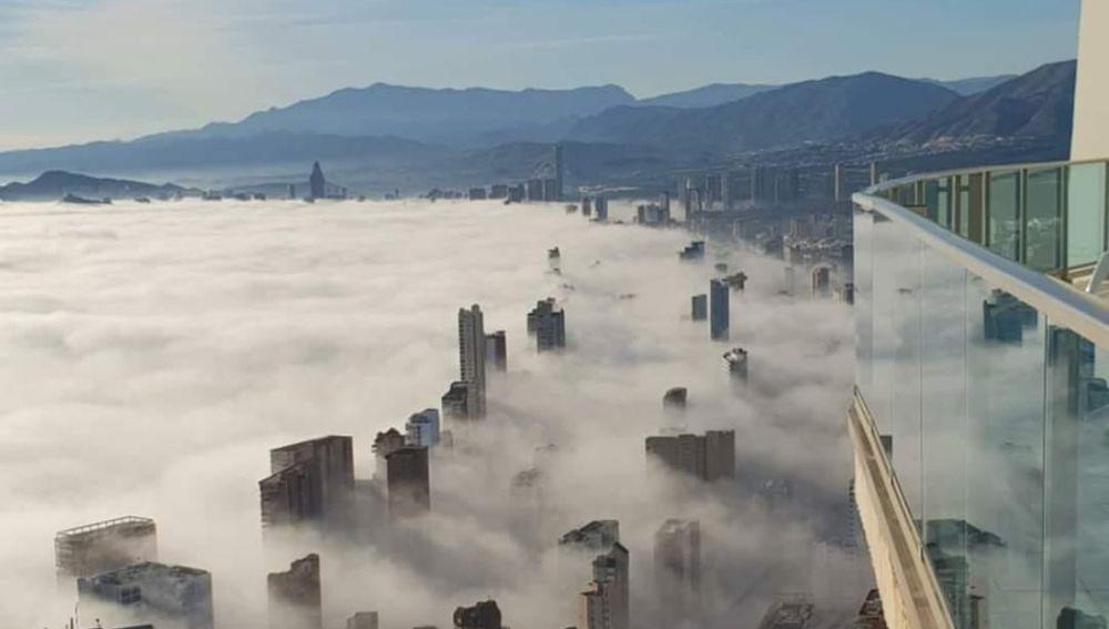 'Tsunami de niebla' en Benidorm