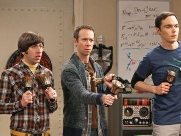 Stuart, Howard y Sheldon en 'The Big Bang Theory'