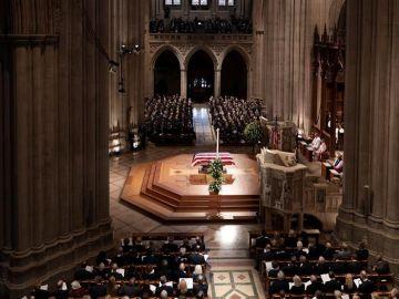 Vista del ataúd en el servicio funerario estatal del expresidente de los Estados Unidos, George H.W. Bush