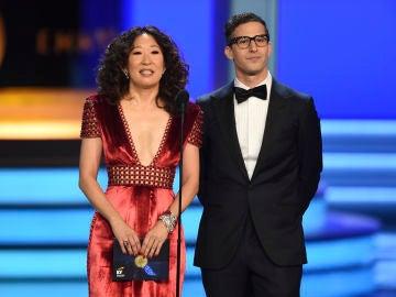 Sandra Oh y Andy Samberg, presentadores de los Globos de Oro 2019