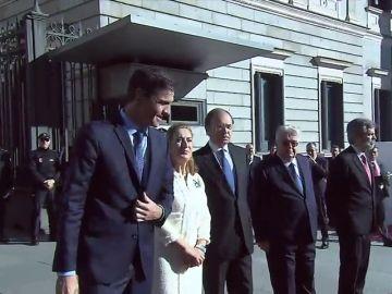 Silbidos a la llegada de Pedro Sánchez al Congreso