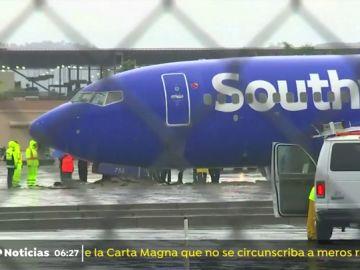 Un avión se sale de la pista de aterrizaje durante una maniobra en California