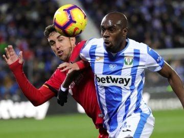 Nyom intenta controlar el balón en la lucha con Jaime Mata