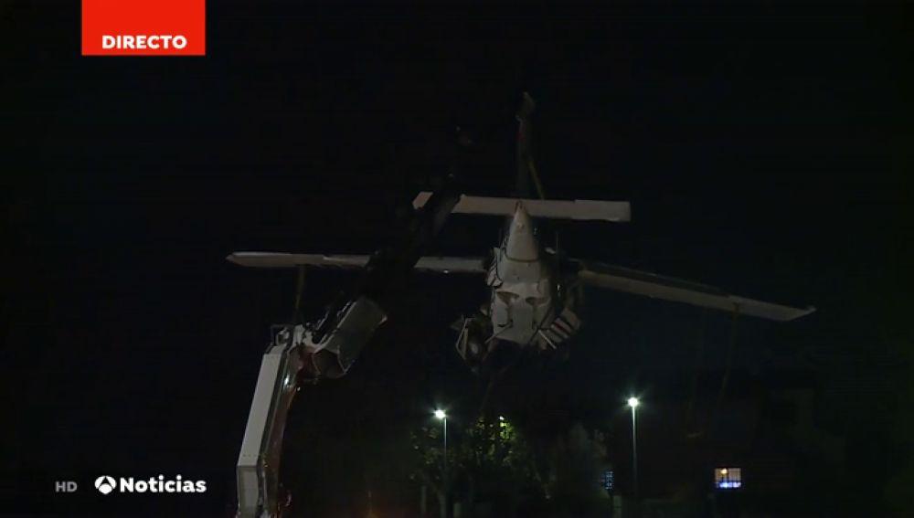 Así han bajado al suelo la avioneta estrellada en Badia del Vallès