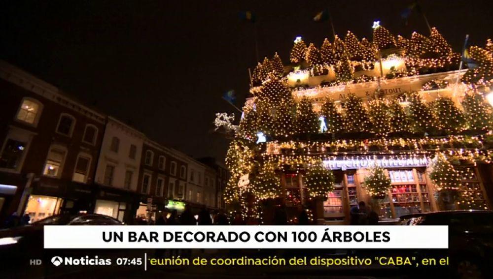 Más 20.000 luces y casi 100 árboles de Navidad decoran la espectacular fachada de un bar en Londres