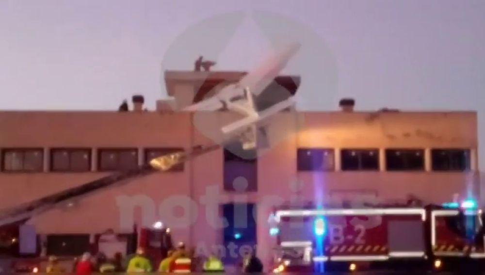 Al menos dos muertos tras estrellarse una avioneta contra el techo de un edificio en Badia del Vallès