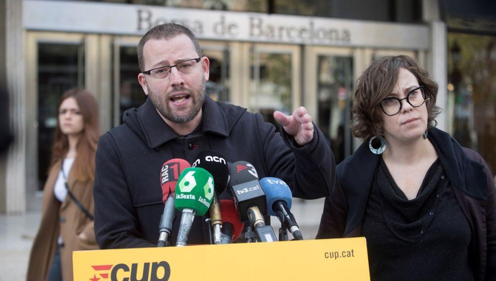 El diputado de la CUP Vidal Aragonés y la y la regidora de la CUP en el Ayuntamiento de Barcelona
