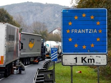 Imagen de archivo de camiones retenidos a un kilómetro de la frontera con Francia