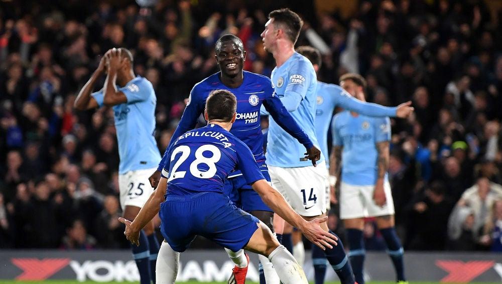 Kanté celebra su gol con el Chelsea y los jugadores del City lamentan la jugada
