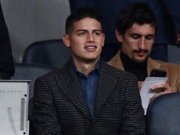 James Rodríguez sonríe en el Santiago Bernabéu