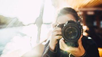 Imagen de archivo de una persona con una cámara fotográfica