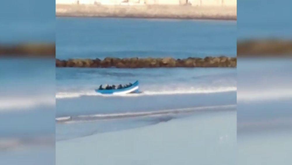 Los bañistas graban a una treintena de personas llegando en patera a una playa de Cádiz