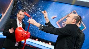 Jandro homenajea a Michael Bublé con una mascletá en 'El hormiguero 3.0'