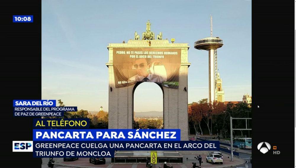 Greenpeace despliega una pancarta de Sánchez en el arco de Moncloa por la venta de armas a Arabia Saudi