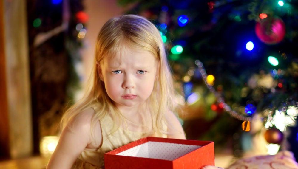 Niña decepcionada con su regalo de Navidad