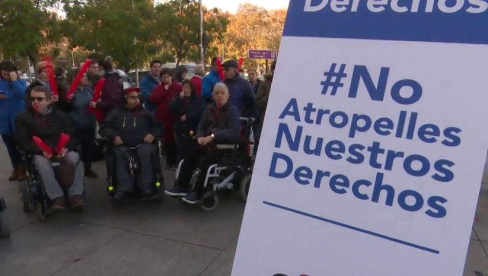 Personas discapacitadas protestan contra la invasión de los patinetes en las aceras