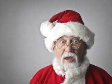 un hombre grita a los niños Santa Claus no existe