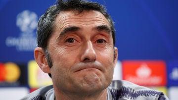Ernesto Valverde gestualiza en sala de prensa