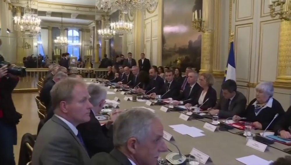 Macron recibe a sindicatos y patronal para hablar de medidas ante la protesta