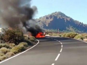 Dos vehículos arden en pleno Parque Nacional del Teide, en Tenerife