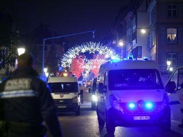 Vista de vehículos de la policía francesa estacionados cerca del lugar del tiroteo