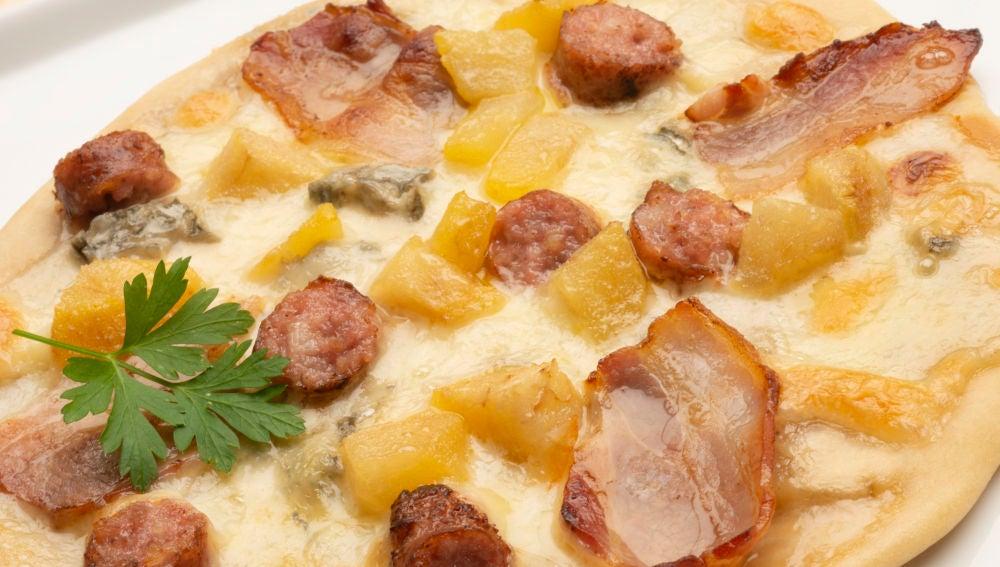 Pizza de pera, panceta y salchicha.