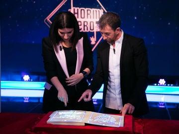 Laura Pausini no puede contener las lágrimas con el libro mágico de 'El Hormiguero 3.0'