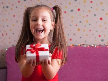 Niña dando regalo