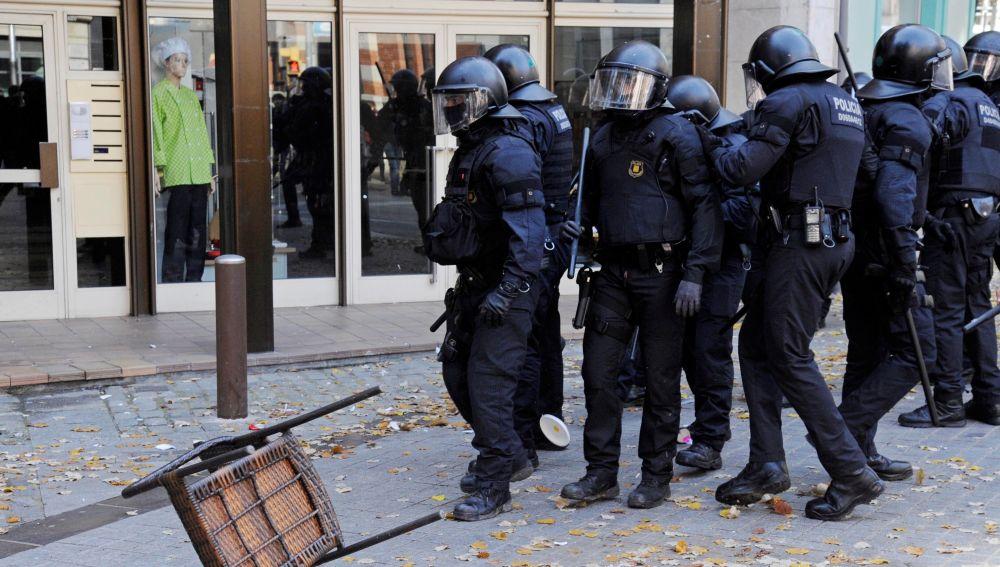 Mossos d'esquadra durante una protesta contra un acto conmemorativo del 40 aniversario de la Constitución