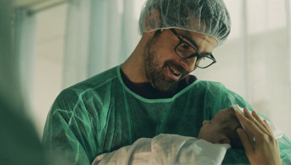 Jon se convierte en el padre de Anne, su hija con Maite