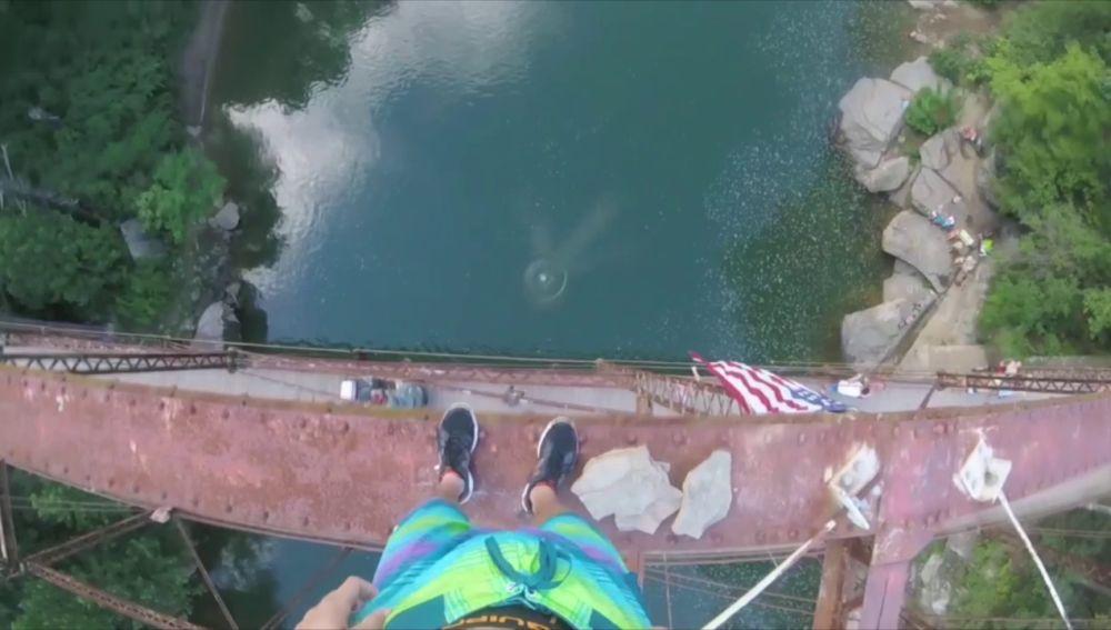 Salta desde lo alto de un puente