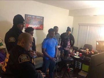 Unos policías jugando a un videojuego