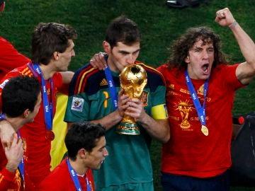 Casillas besa la copa del Mundial