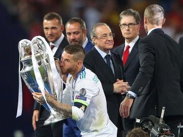 Florentino Pérez saluda a las autoriades en Kiev mientras Ramos levanta la Champions