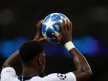 Un jugador se dispone a sacar de banda durante un partido de Champions League