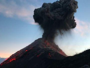 Imponente erupción de un volcán grabada de cerca por unos excursionistas en Guatemala
