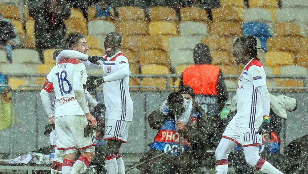 Los jugadores del Lyon celebran el gol de Fekir