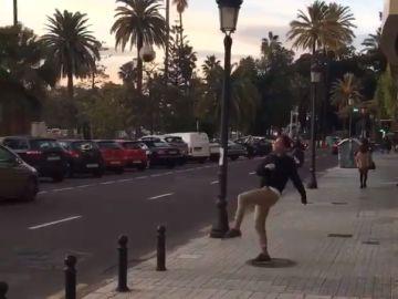 Steve Nash da toques al balón esquivando a los coches en Valencia