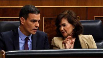 El presidente del Gobierno, Pedro Sánchez, conversa con la vicepresidenta, Carmen Calvo