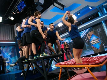 El desafío imposible de Marron en 'El Hormiguero 3.0': Apiñar a 21 gimnastas sobre un metro cuadrado