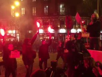 Los Mossos utilizan bengalas, tambores y bocinas en su protesta para conseguir una equiparación salarial