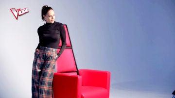 Nos colamos en la sesión de fotos de Eva González con el sillón de 'La Voz'